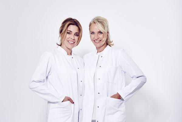 farbiges Porträt von zwei Frauen im weißen Arztkittel