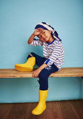 Porträt eines Kindes in Gummistiefeln