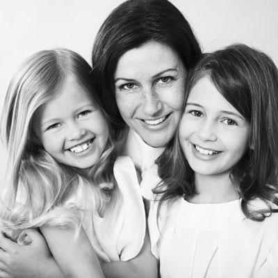 schwarz-weiß-Porträt einer Mutter mit zwei Kindern