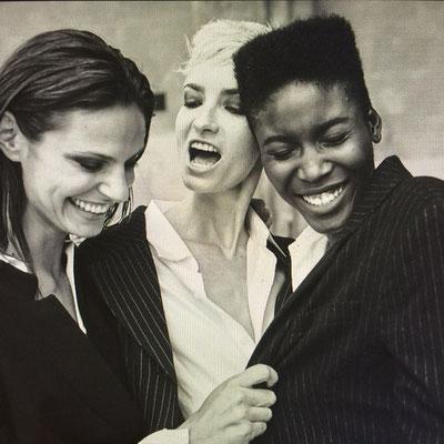 schwarz-weiß Porträt mehrerer Frauen aus der Serie Women in Town