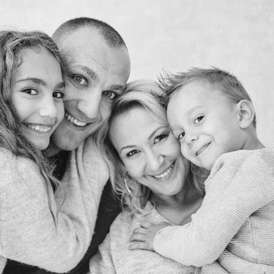 Schwarz-weiß-Porträt einer Familie
