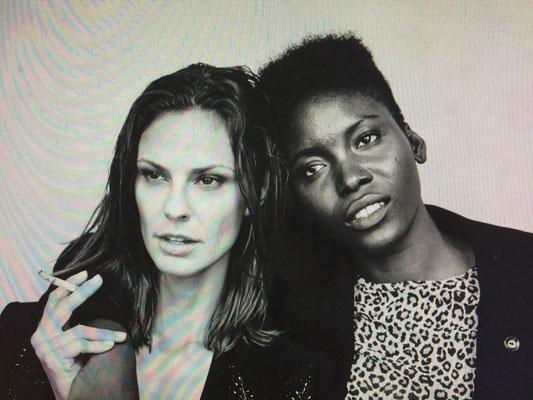 schwarz-weißes Porträt zweiter Frauen aus der Serie Women in Town