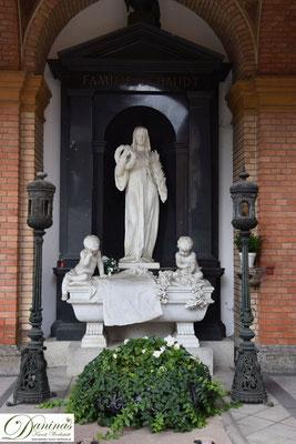 Von kulturhistorischer Bedeutung: Die alten Grüfte in den gemauerten Arkaden des Salzburger Kommunalfriedhofs.
