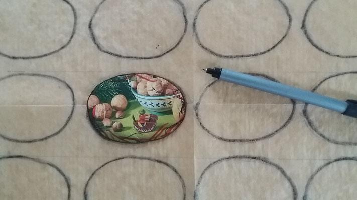 Schablone für die Baiser-Form aus Karton ausschneiden (ovaler Kreis ca. 8 x 6 cm)