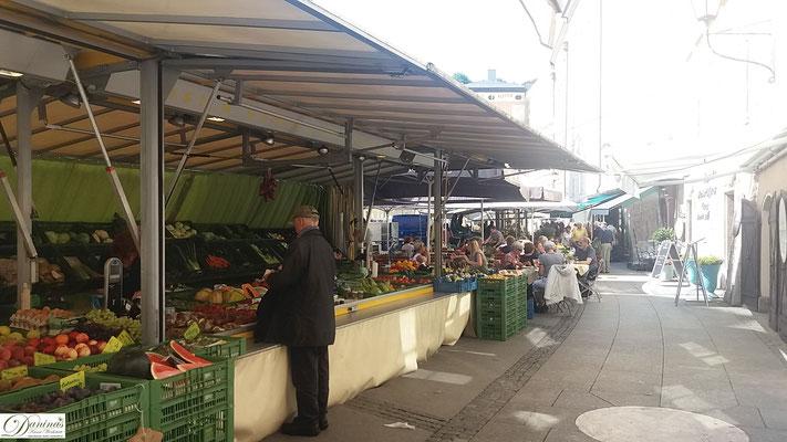 Die Köstlichkeiten des Grünmarkts am Salzburger Universitätsplatz
