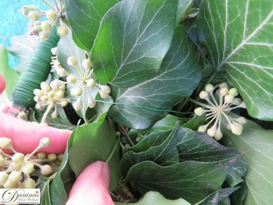 Herbstkranz basteln - Efeuzweige am Stil mit Draht fixieren (unter den Blättern)