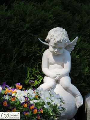 Grabgestaltung Frühjahr mit Engel und Stiefmütterchen