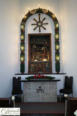 Stille Nacht Gedächtniskapelle in Oberndorf bei Salzburg. Der berühmte Altar mit Holzrelief Bild