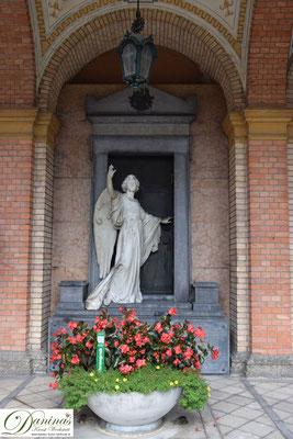 Von kulturhistorischer Bedeutung: Die wunderschönen Grüfte in den gemauerten Arkaden des Salzburger Kommunalfriedhofs.