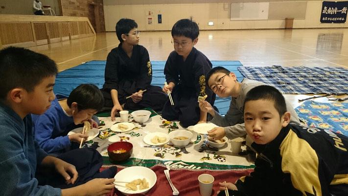 お餅を食べる小学生剣士たち