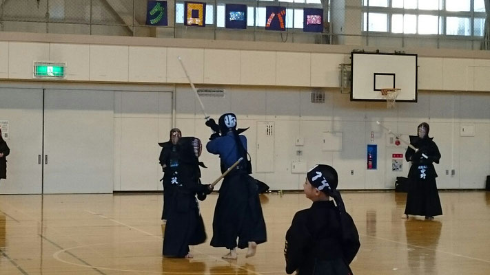 剣を受ける小学生