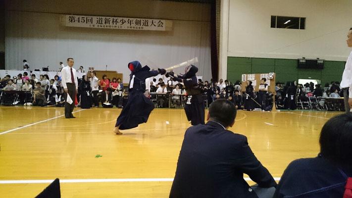 面を打つ小学生剣士