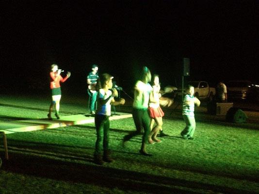 Die Kinder aus der Nachbarschaft tanzen