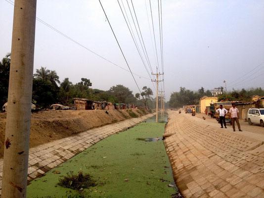 Besichtigung der Flussbefestigung + Straße; zu beachten: Stromleitung in der Mitte des Flusses