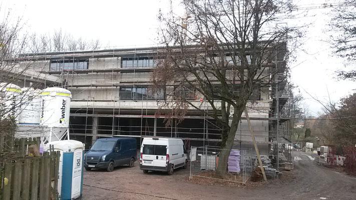 Ein Blick auf den Schulhof. Die Fenster sind schon eingebaut. (24.11.2016)
