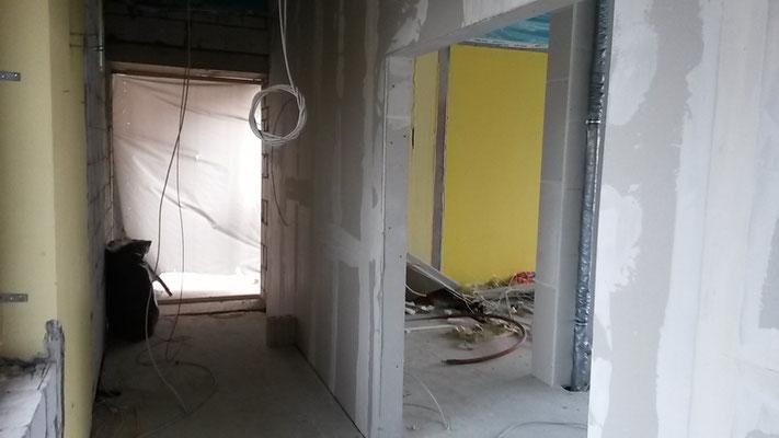 Der Übergang vom Mitteltrakt zum Straßengebäude ist neu gebaut worden. Die große Tür führt ins Lehrerzimmer. (24.11.2016)