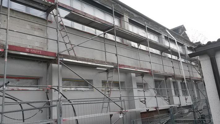Die Fassade des Mitteltraktes vom Lehrerparkplatz aus. (24.11.2016)