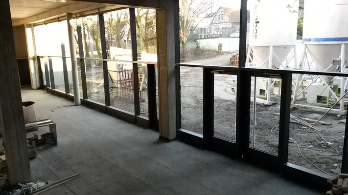 Auch die Glasfront der Mensa ist installiert. (23.12.2016)