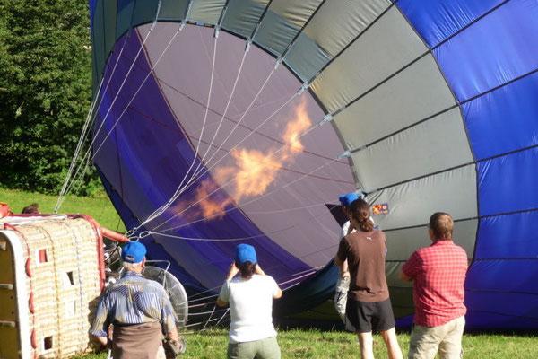 Kommt schon! Mit enormer Lautstärke schießt die Stichflamme des Brenners in den Ballon.