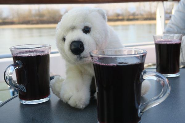 Ole wärmt sich am Glühwein auf einem Donauschiff