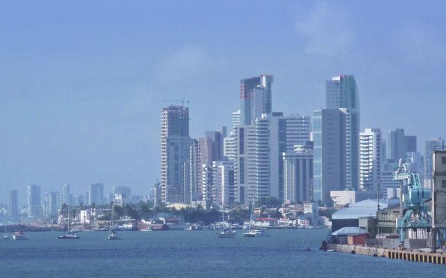 """Die Skyline von Recife ist durchaus schon beeindruckend. 1,5 Millionen Einwohner hat die Stadt mit dem Beinamen """"Venedig Brasiliens""""."""