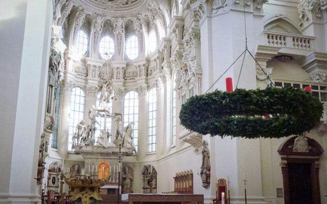 Der Altarraum mit Adventskranz