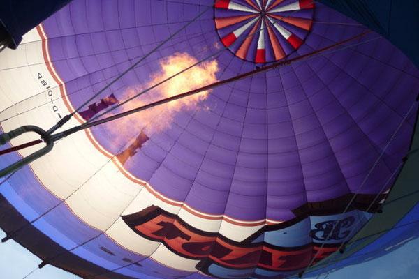 Noch ein kräftiger Feuerstoß und der Ballon schießt in die Höhe.