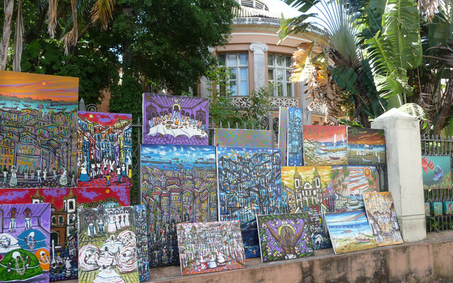 Viel Kunsthandwerk wird hier angeboten. Viele Straßenmaler arbeiten hier.