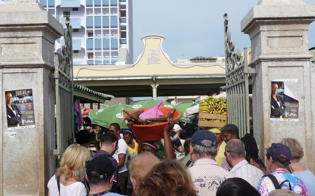 Wir besuchen das Gewusel des örtlichen Marktes.