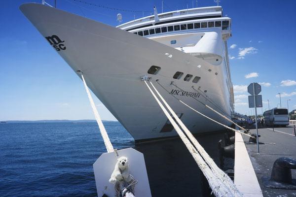 Ole klettert auf die dicken Taue des Kreuzfahrtschiffes