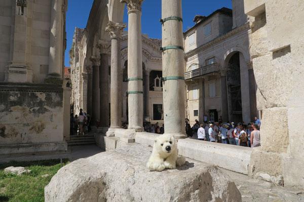 In Split sitzt Ole auf den Steinen der alten Römer.
