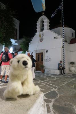Ole hat auf Mykonos genug Kirchen gesehen und bleibt draußen.