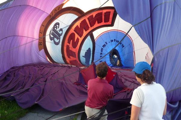 Auch die Ballonhülle muss wieder sorgfältig zusammengelegt werden.