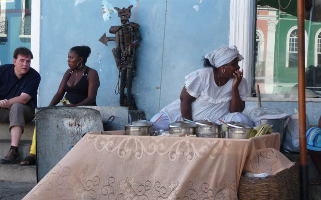 Im Touristenzentrum Pelouinho gibt es noch viele Straßenküchen.