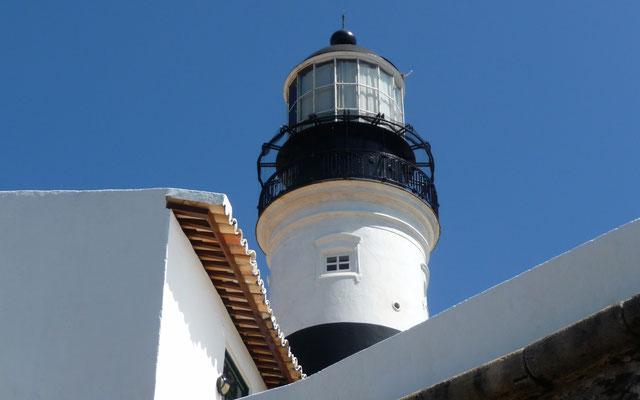 Der Leuchtturm von Salvador de Bahia hat uns zum Ziel gebracht. - Nicht wirklich! In der modernen Seefahrt werden Leuchttürme nicht mehr unbedingt gebraucht.