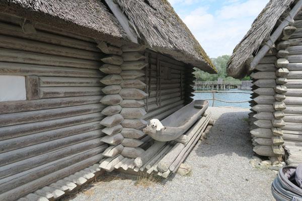Ole besucht die Pfahlbauten in Unteruhldingen am Bodensee