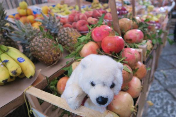Ole zwischen leckeren Granatäpfeln auf dem Markt von Palermo