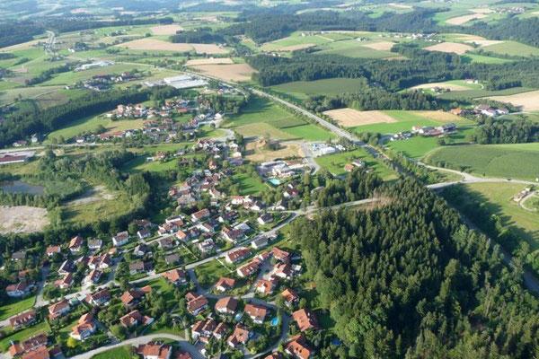 Weit geht der Blick in den Bayerischen Wald.