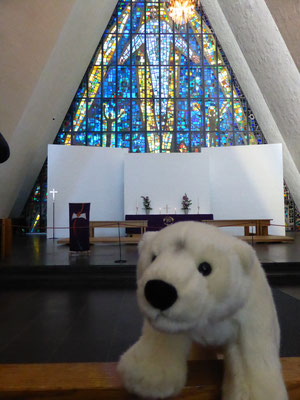 Ole in der Eismeerkathedrale in Tromsö