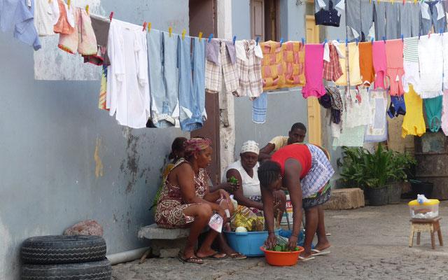 Das Leben findet auf der Straße statt. Die Mädels hatten heute scheinbar Waschtag.