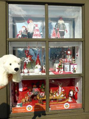 Ole schaut in Bergen in das Weihnachtsschaufenster