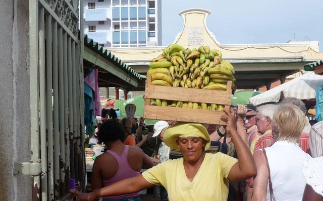 Marktbeschickung ist Frauenarbeit. Lasten werden auf dem Kopf getragen.