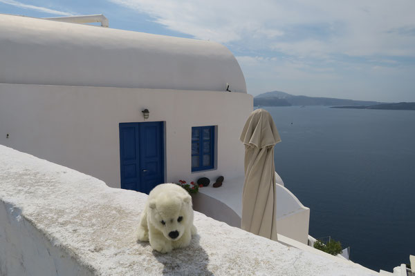 Santorini ist wunderschön. Ole gefällt es auf der Mauer zu sitzen.
