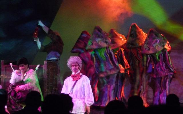 Bis Salvador de Bahia haben wir wieder einen Seetag und im Theater sehen wir zauberhafte Bühnenbilder.