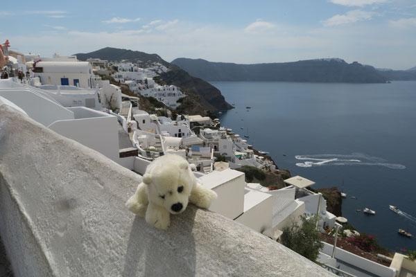 Auf Santorini schaut Ole hinab auf das Meer.