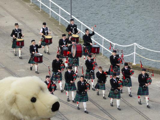 Das Dudelsackspiel in Schottland gefällt Ole sehr
