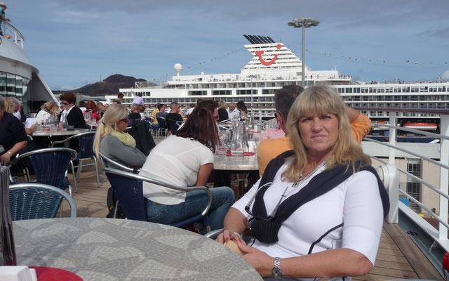 Mittags gehen wir in Gran Canaria an Bord und verbringen einen sonnigen Novembernachmittag auf dem Oberdeck.