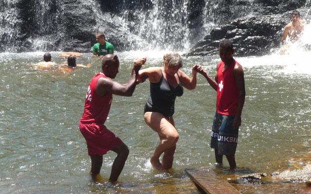 Auf den rutschigen Felsen ist es gar nicht so einfach aus dem Wasser zu kommen. Da sind unsere Guides doch gern behilflich.