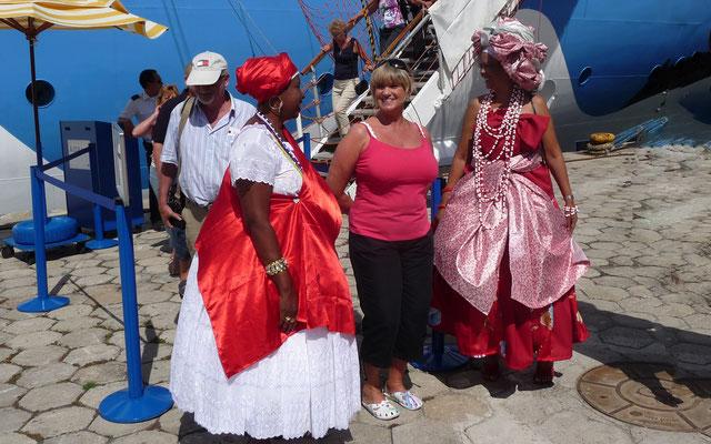 Auch in Ilheus werden wir von Tänzerinnen an Land herzlich begrüßt