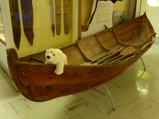 Ole sitzt in einem alten Wikingerboot in Norwegen